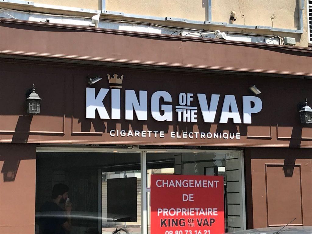 Enseigne publicitaire à lettres découpées sur Marseille